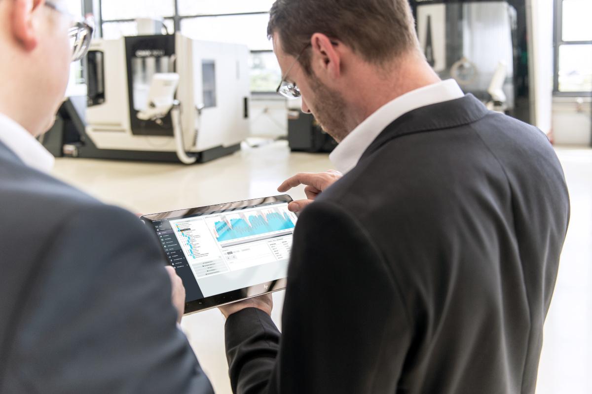 Mann, der den Energy Monitor von OPTENDA bedient, in einer Produktionshalle