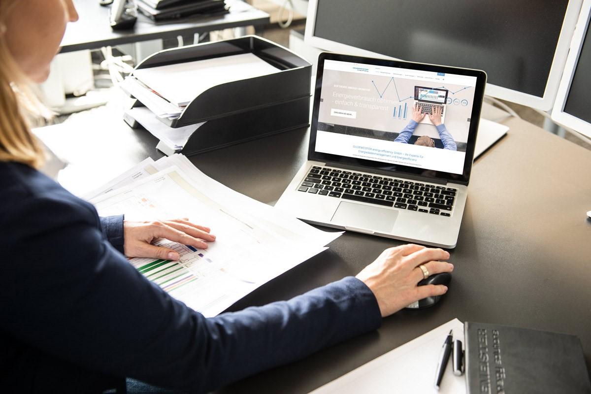 Frau-am-Schreibtisch-arbeitet-an-Laptop