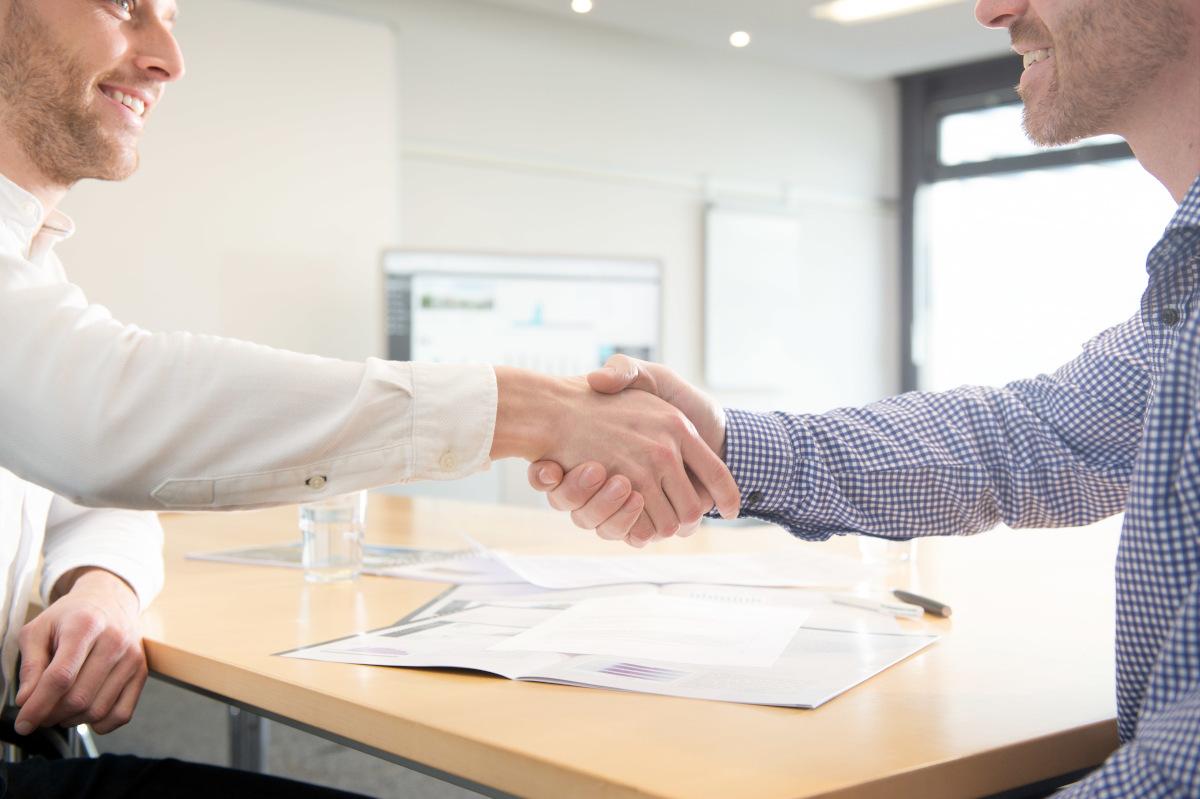 Handschalg auf professionelle Energieberatung für Cotedo Autohäuser