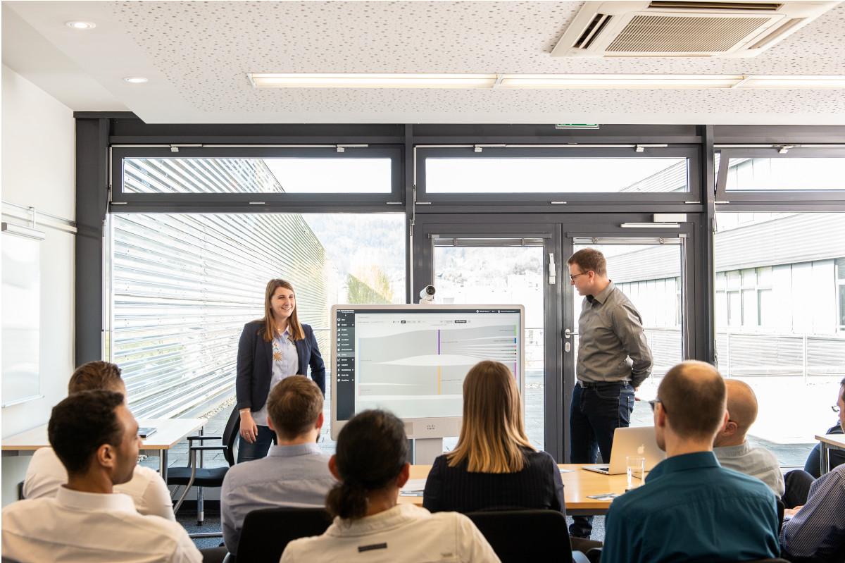 Mann und Frau sprechen vor Publikum bei Workshop über Energieeffizienz