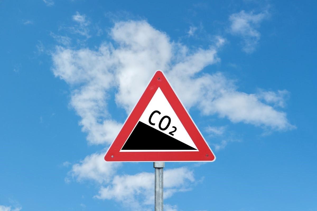 Verkehrswarnschild Achtung Gefälle mit CO2