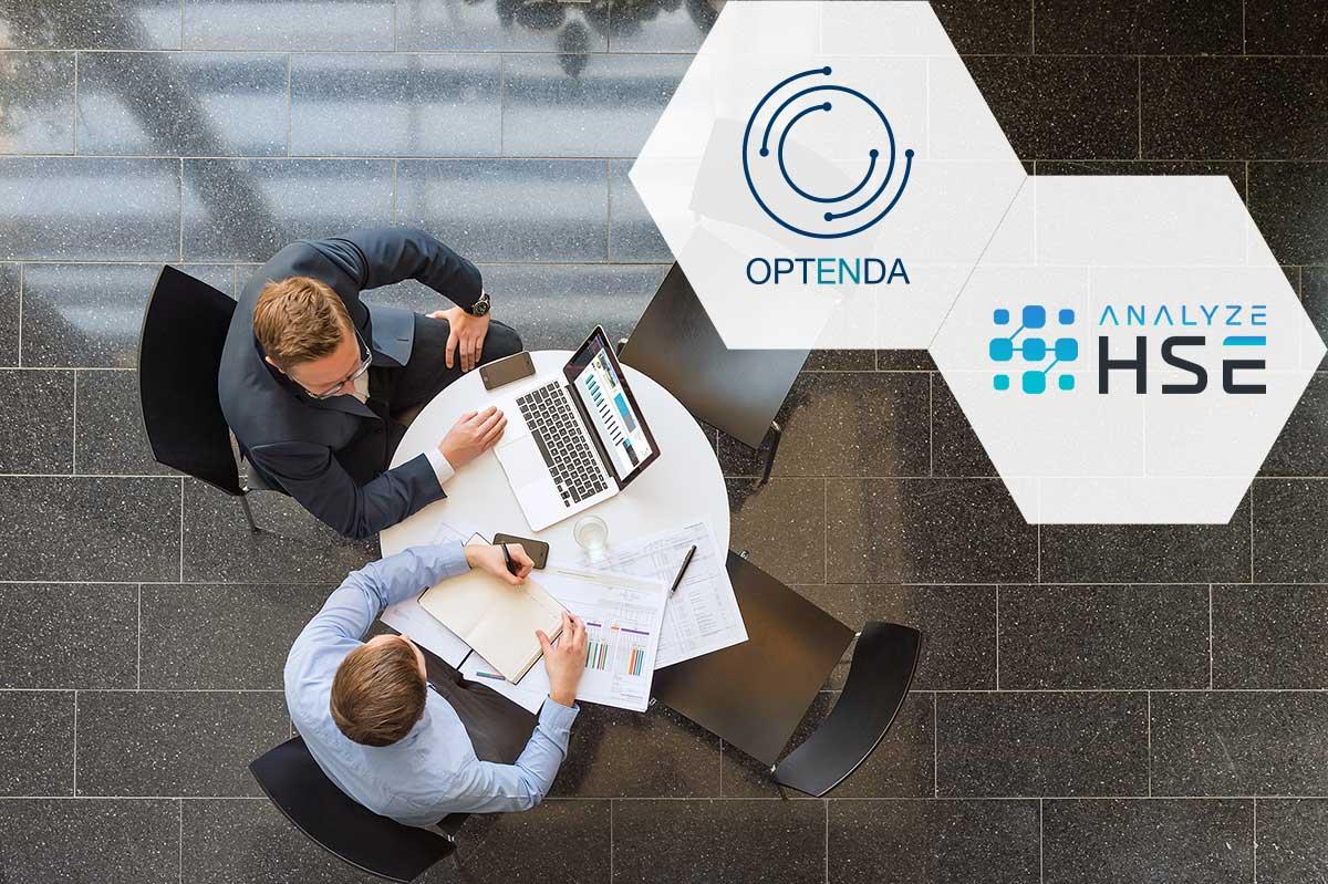 Kooperation zwischen OPTENDA und ANALYZE HSE: zwei Menschen im Beratungsgespräch, fotografiert von oben